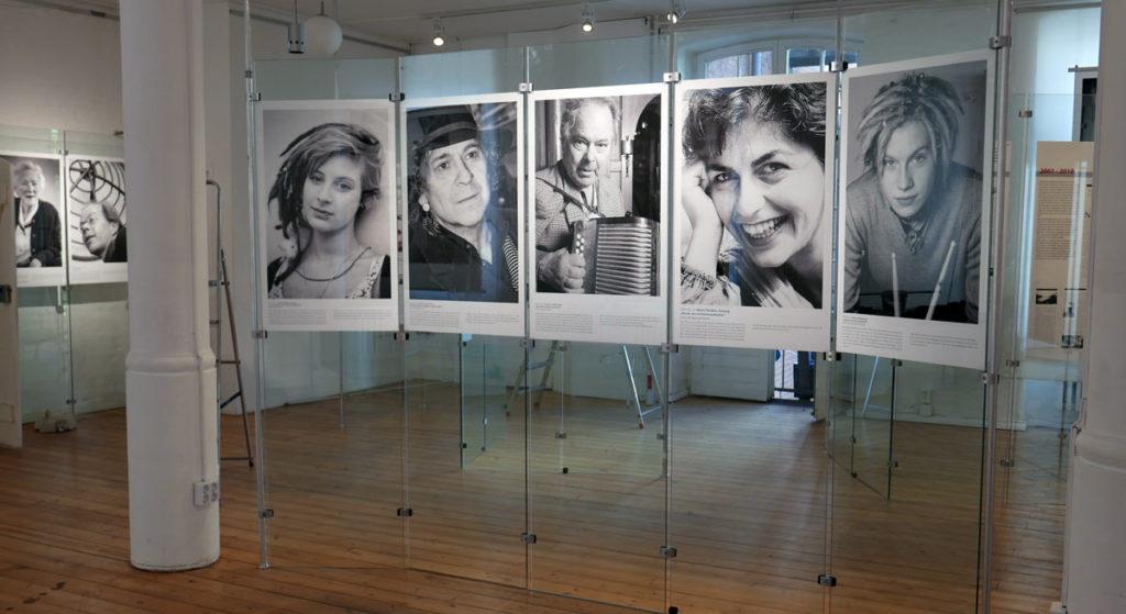 """Foto mit Porträtfotos aus der Ausstellung """"In Kreuzberg spielt die Musik"""" von Edith Siepmann"""