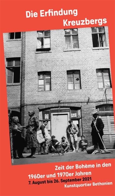 Austellungsflyer Die Erfindung Kreuzberg, roter Rahmen in der Mitte ein scharz-weiß Foto von einer Mietskaserne, davor klein mehrere Personen
